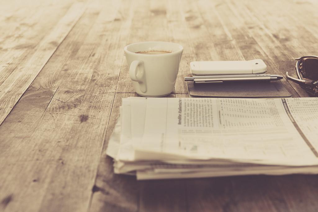 Levantarse por la mañana, café, tostadas y periódicos